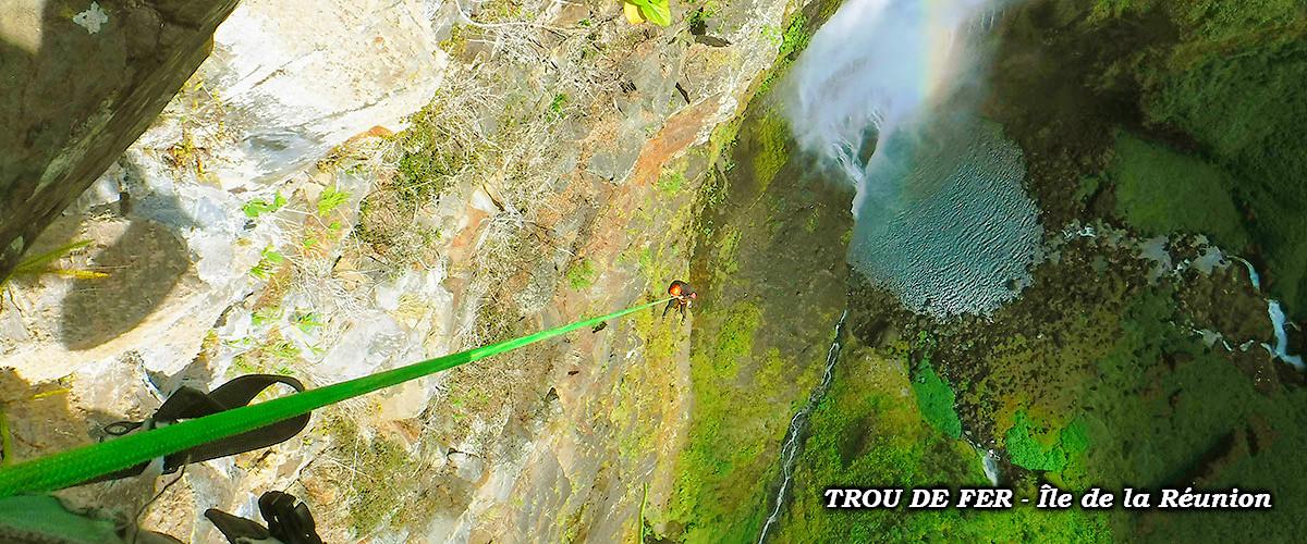"""Rapel con péndulo en Bras de Caverne. Uno de los descensos más grandes y complejos del planeta, considerado como el """"Everest"""" de los barrancos."""