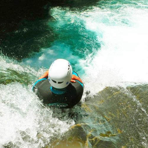 Tobogán con un gran rebufo en la recepción, Garganta de Ordiso o Ara Superior, en el Pirineo Central. Este descenso requiere de un buen nivel de natación y buceo para afrontar, con ciertas garantías, los fuertes movimientos de agua.
