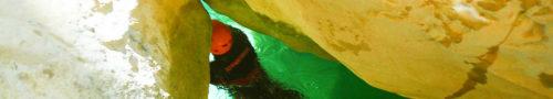 Pasaje a nado a través de uno de los grandes caos de roca que salpican el descenso del Cañón del Vero, en la Sierra de Guara. El Cañón del Vero encierra parajes naturales grandiosos y muy didíciles de encontrar.