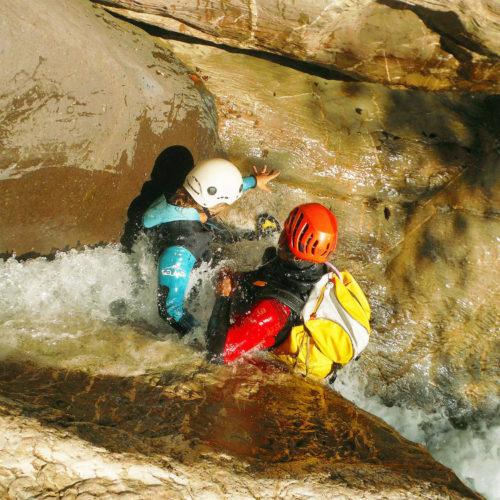 Paso estrecho con mucho caudal, en el que el participante se encuentra en toddo momento asegurado y acompañado por el guía de barrancos. Gorgol (Pirineo Occidental).