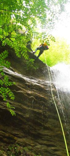 Descenso Barranco Agiñaga. Rapel volado de la primera sección.