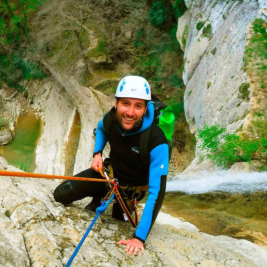Descenso Artazulo, cerca de Iruña, Pamplona, uno de las experiencias de barranquismo más espectaculares de Esukal Herria. Pais Vasco, Euskadi, Navarra, Basque Country. Guías Profesionales de Barrancos