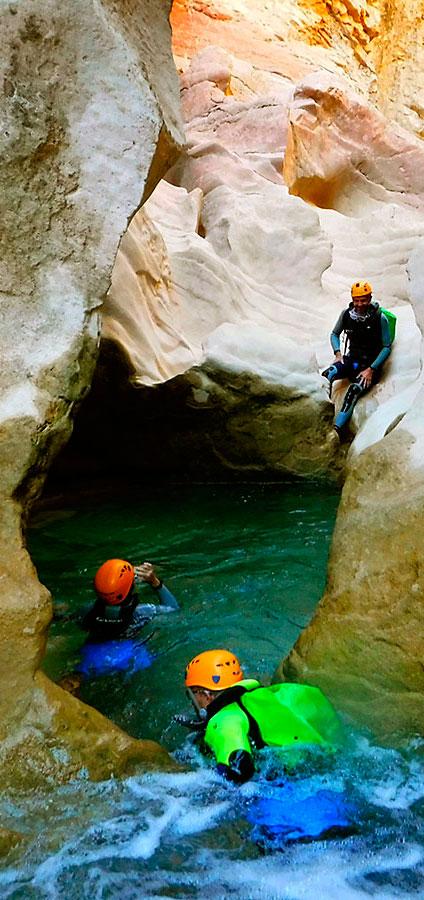 Descenso Cañón de la Peonera. Barranquismo en la Sierra de Guara. Guías de Barrancos. Arroila jeitsiera Guaran. Arroila gidariak. Cnayoning in Sierra de Guara. Canyon Guides.