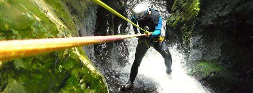 Descenso de la Leze, barranquismo en el Pais Vasco, este sorprendente cañón cueva alberga uno de los parajes más impresionantes de Euskadi. Barranquismo en la Leze, descenso del cañón de la Leze.