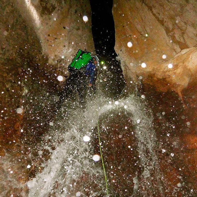 Descenso invernal de la Leze. Descenso barranco Leze. Descenso cueva de la Leze. Barranquismo en la Leze. Barranquismo Pais Vasco, Barranquismo Euskadi. Turismo activo Euskadi. Turismo activo Pais Vasco. Guías de montaña y barrancos. Lurra Adventure.