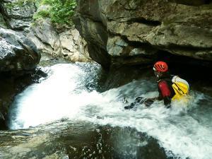 Aguas-Limpias--Barranquismo-Valle-de-Tena-Valle-de-Ossau-Descenso-de-cañones-barranquismo-valle-de-hecho-guías-de-montaña-y-barrancos-Mountain-and-canyon-guides-canyoning-Lurra-adventure-1