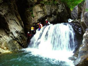 Aguas-Limpias--Barranquismo-Valle-de-Tena-Valle-de-Ossau-Descenso-de-cañones-barranquismo-valle-de-hecho-guías-de-montaña-y-barrancos-Mountain-and-canyon-guides-canyoning-Lurra-adventure-10