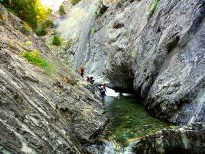 Aguas-Limpias--Barranquismo-Valle-de-Tena-Valle-de-Ossau-Descenso-de-cañones-barranquismo-valle-de-hecho-guías-de-montaña-y-barrancos-Mountain-and-canyon-guides-canyoning-Lurra-adventure-11