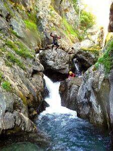 Aguas-Limpias--Barranquismo-Valle-de-Tena-Valle-de-Ossau-Descenso-de-cañones-barranquismo-valle-de-hecho-guías-de-montaña-y-barrancos-Mountain-and-canyon-guides-canyoning-Lurra-adventure-12