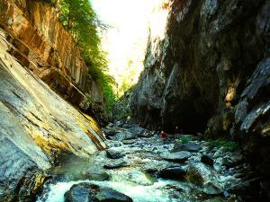 Aguas-Limpias--Barranquismo-Valle-de-Tena-Valle-de-Ossau-Descenso-de-cañones-barranquismo-valle-de-hecho-guías-de-montaña-y-barrancos-Mountain-and-canyon-guides-canyoning-Lurra-adventure-14