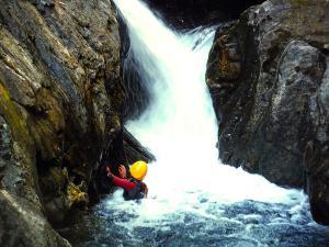 Aguas-Limpias--Barranquismo-Valle-de-Tena-Valle-de-Ossau-Descenso-de-cañones-barranquismo-valle-de-hecho-guías-de-montaña-y-barrancos-Mountain-and-canyon-guides-canyoning-Lurra-adventure-15