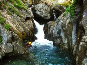 Aguas-Limpias--Barranquismo-Valle-de-Tena-Valle-de-Ossau-Descenso-de-cañones-barranquismo-valle-de-hecho-guías-de-montaña-y-barrancos-Mountain-and-canyon-guides-canyoning-Lurra-adventure-16