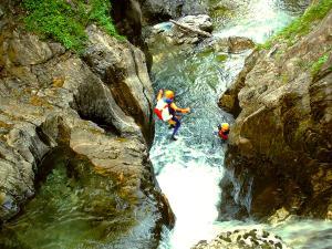 Aguas-Limpias--Barranquismo-Valle-de-Tena-Valle-de-Ossau-Descenso-de-cañones-barranquismo-valle-de-hecho-guías-de-montaña-y-barrancos-Mountain-and-canyon-guides-canyoning-Lurra-adventure-17