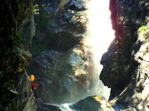 Aguas-Limpias--Barranquismo-Valle-de-Tena-Valle-de-Ossau-Descenso-de-cañones-barranquismo-valle-de-hecho-guías-de-montaña-y-barrancos-Mountain-and-canyon-guides-canyoning-Lurra-adventure-18