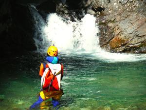 Aguas-Limpias--Barranquismo-Valle-de-Tena-Valle-de-Ossau-Descenso-de-cañones-barranquismo-valle-de-hecho-guías-de-montaña-y-barrancos-Mountain-and-canyon-guides-canyoning-Lurra-adventure-19