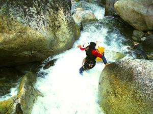 Aguas-Limpias--Barranquismo-Valle-de-Tena-Valle-de-Ossau-Descenso-de-cañones-barranquismo-valle-de-hecho-guías-de-montaña-y-barrancos-Mountain-and-canyon-guides-canyoning-Lurra-adventure-20