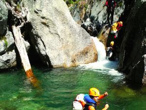 Aguas-Limpias--Barranquismo-Valle-de-Tena-Valle-de-Ossau-Descenso-de-cañones-barranquismo-valle-de-hecho-guías-de-montaña-y-barrancos-Mountain-and-canyon-guides-canyoning-Lurra-adventure-21