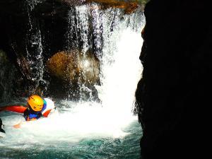 Aguas-Limpias--Barranquismo-Valle-de-Tena-Valle-de-Ossau-Descenso-de-cañones-barranquismo-valle-de-hecho-guías-de-montaña-y-barrancos-Mountain-and-canyon-guides-canyoning-Lurra-adventure-22