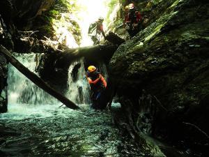 Aguas-Limpias--Barranquismo-Valle-de-Tena-Valle-de-Ossau-Descenso-de-cañones-barranquismo-valle-de-hecho-guías-de-montaña-y-barrancos-Mountain-and-canyon-guides-canyoning-Lurra-adventure-3