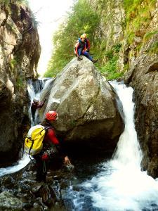 Aguas-Limpias--Barranquismo-Valle-de-Tena-Valle-de-Ossau-Descenso-de-cañones-barranquismo-valle-de-hecho-guías-de-montaña-y-barrancos-Mountain-and-canyon-guides-canyoning-Lurra-adventure-4