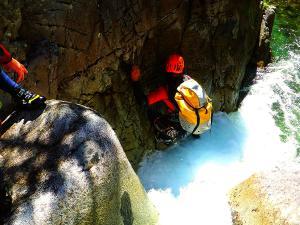 Aguas-Limpias--Barranquismo-Valle-de-Tena-Valle-de-Ossau-Descenso-de-cañones-barranquismo-valle-de-hecho-guías-de-montaña-y-barrancos-Mountain-and-canyon-guides-canyoning-Lurra-adventure-6