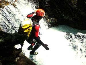 Aguas-Limpias--Barranquismo-Valle-de-Tena-Valle-de-Ossau-Descenso-de-cañones-barranquismo-valle-de-hecho-guías-de-montaña-y-barrancos-Mountain-and-canyon-guides-canyoning-Lurra-adventure-7