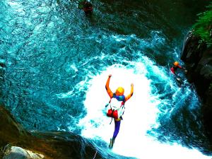 Aguas-Limpias--Barranquismo-Valle-de-Tena-Valle-de-Ossau-Descenso-de-cañones-barranquismo-valle-de-hecho-guías-de-montaña-y-barrancos-Mountain-and-canyon-guides-canyoning-Lurra-adventure-8