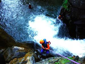 Aguas-Limpias--Barranquismo-Valle-de-Tena-Valle-de-Ossau-Descenso-de-cañones-barranquismo-valle-de-hecho-guías-de-montaña-y-barrancos-Mountain-and-canyon-guides-canyoning-Lurra-adventure-9