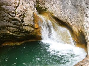 Barranquismo-en-Navarra-Descenso-de-cañones-iniciación-canyoning-Barranco-Artazul-Pais-Vasco-Euskadi-Turismo-activo-Descenso-artazulo-descenso-de-cañones-1