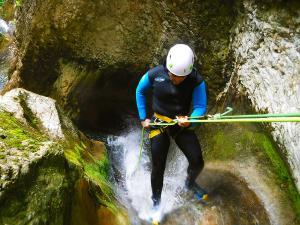 Barranquismo-en-Navarra-Descenso-de-cañones-iniciación-canyoning-Barranco-Artazul-Pais-Vasco-Euskadi-Turismo-activo-Descenso-artazulo-descenso-de-cañones-54