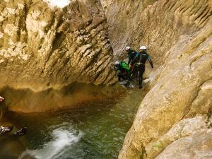 Artazul-Descenso-de-cañones-barranquismo-Euskadi-Pais-Vasco-Navarra-deportes-aventura-guías-de-barrancos-Arroil-Gidariak-Basque-Canyoning-Guides
