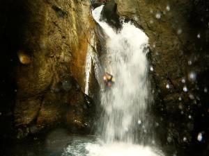Bitet-inferior-Barranquismo-Valle-de-Tena-Valle-de-Ossau-Descenso-de-cañones-barranquismo-valle-de-hecho-guías-de-montaña-y-barrancos-Mountain-and-canyon-guides-canyoning-Lurra-adventure-1