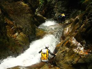 Bitet-inferior-Barranquismo-Valle-de-Tena-Valle-de-Ossau-Descenso-de-cañones-barranquismo-valle-de-hecho-guías-de-montaña-y-barrancos-Mountain-and-canyon-guides-canyoning-Lurra-adventure-15