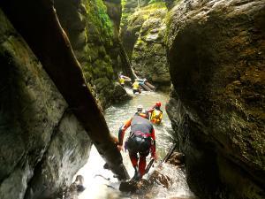 Bitet-inferior-Barranquismo-Valle-de-Tena-Valle-de-Ossau-Descenso-de-cañones-barranquismo-valle-de-hecho-guías-de-montaña-y-barrancos-Mountain-and-canyon-guides-canyoning-Lurra-adventure-17