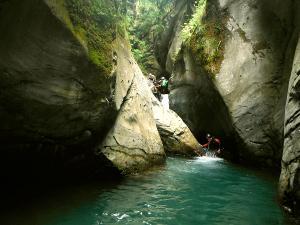 Bitet-inferior-Barranquismo-Valle-de-Tena-Valle-de-Ossau-Descenso-de-cañones-barranquismo-valle-de-hecho-guías-de-montaña-y-barrancos-Mountain-and-canyon-guides-canyoning-Lurra-adventure-2