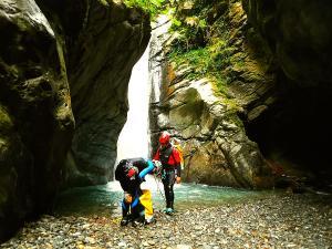 Bitet-inferior-Barranquismo-Valle-de-Tena-Valle-de-Ossau-Descenso-de-cañones-barranquismo-valle-de-hecho-guías-de-montaña-y-barrancos-Mountain-and-canyon-guides-canyoning-Lurra-adventure-27