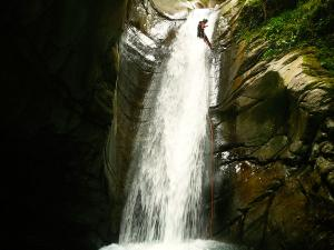 Bitet-inferior-Barranquismo-Valle-de-Tena-Valle-de-Ossau-Descenso-de-cañones-barranquismo-valle-de-hecho-guías-de-montaña-y-barrancos-Mountain-and-canyon-guides-canyoning-Lurra-adventure-28