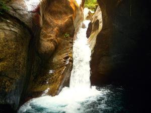 Bitet-inferior-Barranquismo-Valle-de-Tena-Valle-de-Ossau-Descenso-de-cañones-barranquismo-valle-de-hecho-guías-de-montaña-y-barrancos-Mountain-and-canyon-guides-canyoning-Lurra-adventure-31