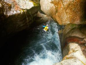 Bitet-inferior-Barranquismo-Valle-de-Tena-Valle-de-Ossau-Descenso-de-cañones-barranquismo-valle-de-hecho-guías-de-montaña-y-barrancos-Mountain-and-canyon-guides-canyoning-Lurra-adventure-32