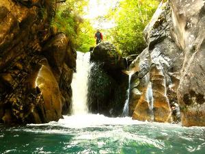 Bitet-inferior-Barranquismo-Valle-de-Tena-Valle-de-Ossau-Descenso-de-cañones-barranquismo-valle-de-hecho-guías-de-montaña-y-barrancos-Mountain-and-canyon-guides-canyoning-Lurra-adventure-35
