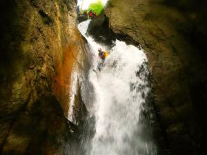 Bitet-inferior-Barranquismo-Valle-de-Tena-Valle-de-Ossau-Descenso-de-cañones-barranquismo-valle-de-hecho-guías-de-montaña-y-barrancos-Mountain-and-canyon-guides-canyoning-Lurra-adventure-9