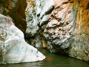 Boca-del-Infierno-Descenso-de-cañones-barranquismo-valle-de-hecho-guías-de-montaña-y-barrancos-Mountain-and-canyon-guides-canyoning-Lurra-adventure-11