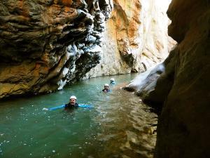 Boca-del-Infierno-Descenso-de-cañones-barranquismo-valle-de-hecho-guías-de-montaña-y-barrancos-Mountain-and-canyon-guides-canyoning-Lurra-adventure-12