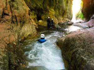 Boca-del-Infierno-Descenso-de-cañones-barranquismo-valle-de-hecho-guías-de-montaña-y-barrancos-Mountain-and-canyon-guides-canyoning-Lurra-adventure-14