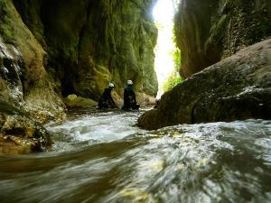 Boca-del-Infierno-Descenso-de-cañones-barranquismo-valle-de-hecho-guías-de-montaña-y-barrancos-Mountain-and-canyon-guides-canyoning-Lurra-adventure-24