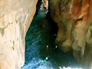 Boca-del-Infierno-Descenso-de-cañones-barranquismo-valle-de-hecho-guías-de-montaña-y-barrancos-Mountain-and-canyon-guides-canyoning-Lurra-adventure-29