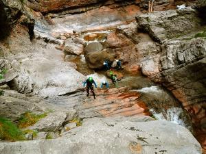 Boca-del-Infierno-Descenso-de-cañones-barranquismo-valle-de-hecho-guías-de-montaña-y-barrancos-Mountain-and-canyon-guides-canyoning-Lurra-adventure-3