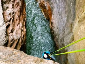 Boca-del-Infierno-Descenso-de-cañones-barranquismo-valle-de-hecho-guías-de-montaña-y-barrancos-Mountain-and-canyon-guides-canyoning-Lurra-adventure-37