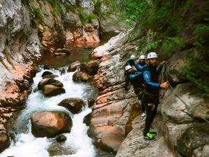Boca-del-Infierno-Descenso-de-cañones-barranquismo-valle-de-hecho-guías-de-montaña-y-barrancos-Mountain-and-canyon-guides-canyoning-Lurra-adventure-38