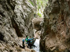 Boca-del-Infierno-Descenso-de-cañones-barranquismo-valle-de-hecho-guías-de-montaña-y-barrancos-Mountain-and-canyon-guides-canyoning-Lurra-adventure-4
